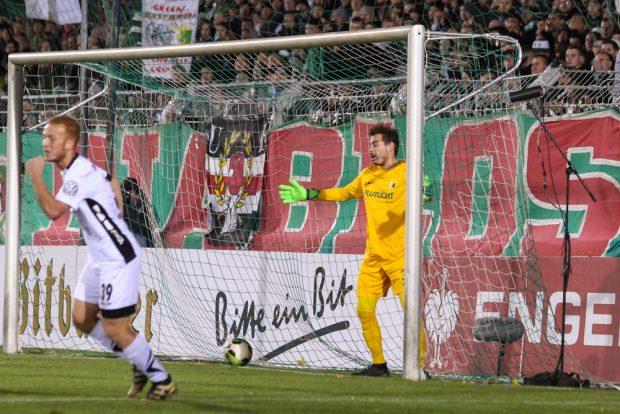 Chemie-Keeper Julien Latendresse-Levesque hat gerade den Gegentreffer zum 0:2 hinnehmen müssen. Foto: Jan Kaefer