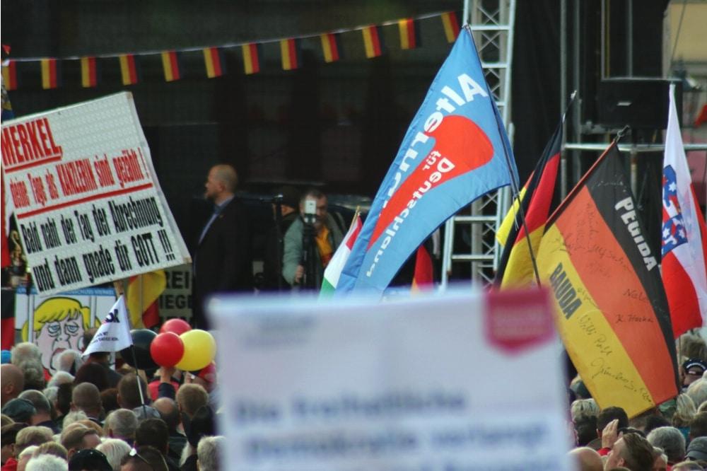 Ein Ei und das andere: AfD und Pegida als Einheit auch in der Optik. Foto: L-IZ.de