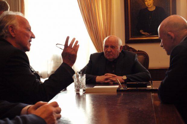 Regisseur Werner Herzog (l.) im Gespräch mit Michail Gorbatschow. Foto: DOK Leipzig / Lena Herzog