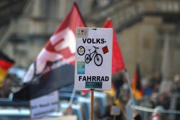 Der Gegenprotest an der Frauenkirche zeigt Pegida ein Volksfahrrad. Foto: L-IZ.de