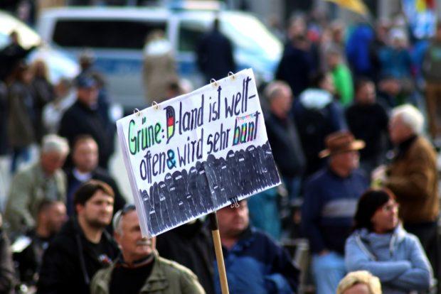 Der Hauptfeind neben Angela Merkel sind die Grünen. Das Fremde wird zur bedrohlichen schwarzen Mauer aus verschleierten Frauen gemacht. Foto: L-IZ.de
