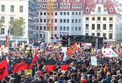 Die Deutschlandfahne als optische Mauer gegen die Gegendemonstranten bei Pegida. Foto: L-IZ.de