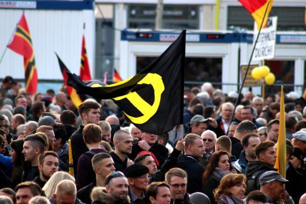 Die IB-Fahne als harter Kern der Pegida-Demo. Foto: L-IZ.de