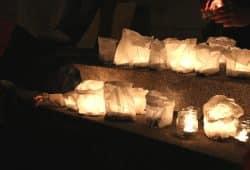 Am Ende wurden am Neuen Rathaus Kerzen für auf der Flucht gestorbene Menschen entzündet. Foto: L-IZ.de