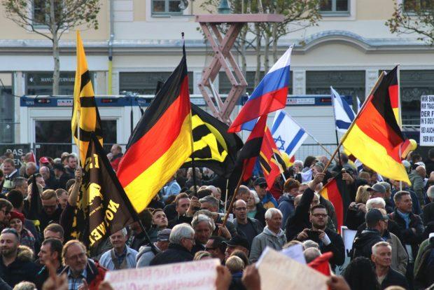 """Identitäre Bewegung und ältere Männer Hand in Hand gegen """"das System"""". Foto: L-IZ.de"""
