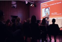 Speaker Saim Alkan spricht über Roboter-Journalismus. Foto: Daniel Reiche