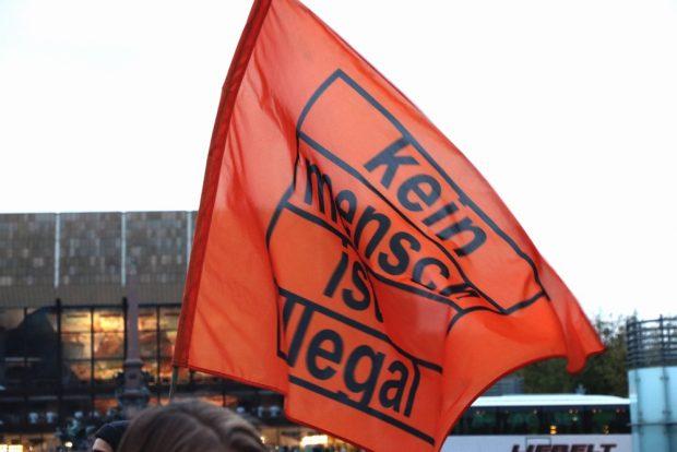 """Kein Mensch ist illegal ist der Ruf auf jeder """"Seebrücke""""-Demo, um die grundlegenden Menschenrechte zu betonen. Foto: L-IZ.de"""