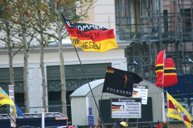 Man fühlt sich im Kampf mit dem System und hat Angst vor dem Volkstod. Foto: L-IZ.de