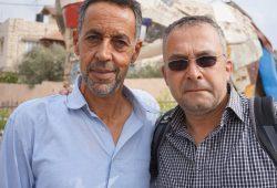 Wenn das Lächeln schwerfällt. Jens Uwe Jopp mit Ismail Khatib am Ort, wo 2005 Ahmed starb. Foto: Heiko Temper