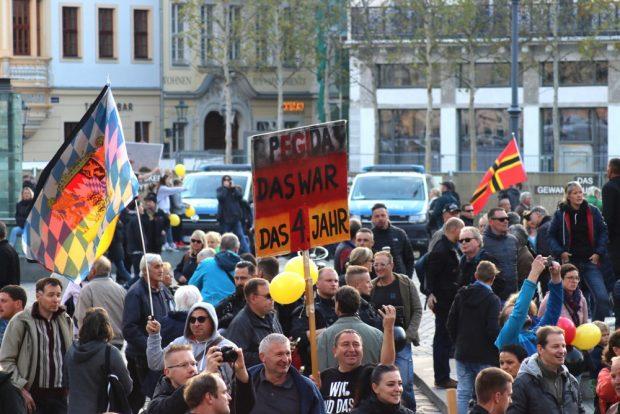 Pegida wird 4 Jahre jung. Zumindest auf dem Schild mit Jahreszahlenklebestreifen. Foto: L-IZ.de