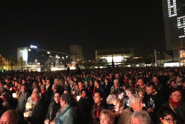 Rappelvoller Platz in Leipzig zum Lichtfest 2018. Foto: L-IZ.de