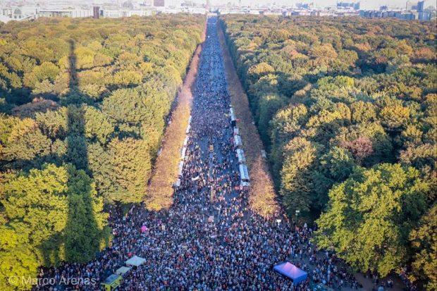 Eine beeindruckende Demonstration für mehr Miteinander und gegen Ausgrenzung am 13. Oktober in Berlin auf dem Weg zur Siegessäule. Foto: Marco Arenas