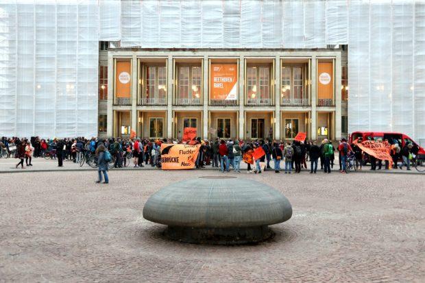 Vor der Oper Leipzig. Foto: L-IZ.de