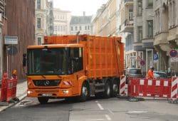Abfallsammelfahrzeug bei der Arbeit. Foto: Ralf Julke