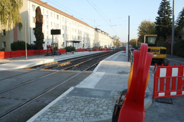 Noch fehlen ein paar Elemente an der neuen Straßenbahnhaltestelle Baaderstraße. Foto: Ralf Julke