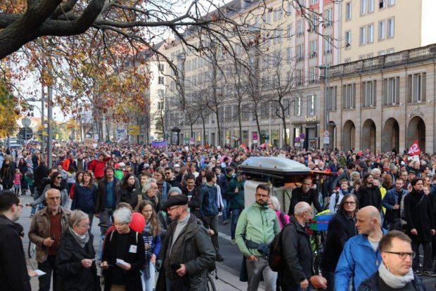 """Rund 13.000 kamen am 21. 10. 2018 zum Gegenprotest unter dem Motto """"Herz statt Hetze"""" und """"Dresden. Respekt"""". Foto: L-IZ.de"""