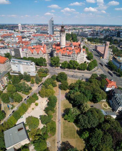 Luftbild der kleinen Parkanlage (rechts unten), wo das neue Denkmal stehen soll. Foto: Punctum/ Bertram Kober