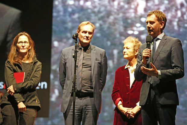 Gesine Oltmanns, Burkhard Jung, Herta Däubler-Gmelin und Michael Kretschmer auf der Bühne. Foto: LTM / Punctum, Stefan Hoyer