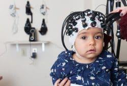 Mithilfe des Eye Trackings werden die Blickbewegung der Babies gemessen, während sie ängstliche, fröhliche oder wütende Gesichter zu sehen bekommen. Foto: MPI CBS