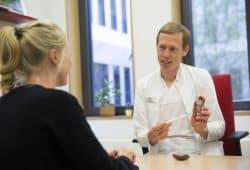 Oberarzt Dr. Jan Halbritter von der Abteilung Nephrologie - hier im Patientengespräch - leitet die neue Spezialsprechstunde für erbliche Nierenerkrankungen und Zystennieren am UKL, Foto: Stefan Straube / UKL