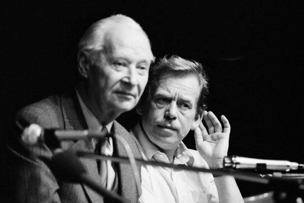 Alexander Dubcek und Vaclav Havel auf dem Podium des Bürgerforums. Foto: Harald Schmitt