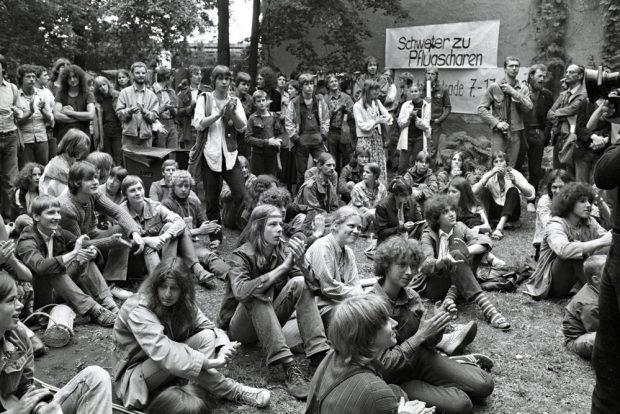 Friedenswerkstatt 1982: Aus allen Teilen der DDR treffen sich Friedensgruppen in Ost-Berlin. Foto: Harald Schmitt