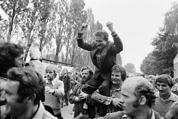 Die Arbeiter feiern den Erfolg ihres Streiks auf der Danziger Lenin-Werft und tragen Arbeiterführer Lech Walesa über das Werftgelände. Foto: Harald Schmitt