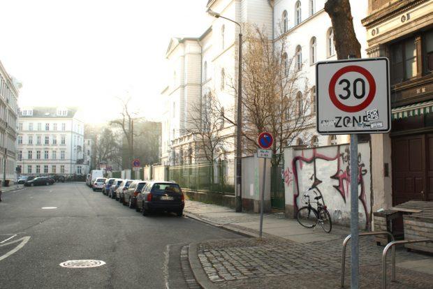 Tempo 30 vor der Lessingschule. Foto: Ralf Julke