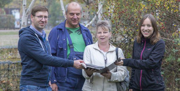 Schlüsselübergabe für den neuen VAGaBUND-Garten im Lene-Voigt-Park. Foto: BUND Regionalgruppe Leipzig