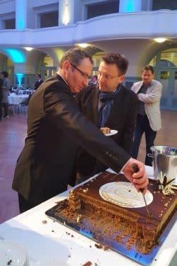 Lok-Praesident Thomas Loewe und VfB-Praesident Dirk Sander (vlinr.) gemeinsam an der Geburtstagstorte. Foto: Marko Hofmann