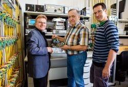 Prof. Tilo Heimbold mit seinen Forscherkollegen Dietmar Telschow und Tobias Rudloff (v.l.) im AS-Interface-Labor am Forschungs- und Transferzentrum Leipzig. Quelle: Robert Weinhold/HTWK Leipzig