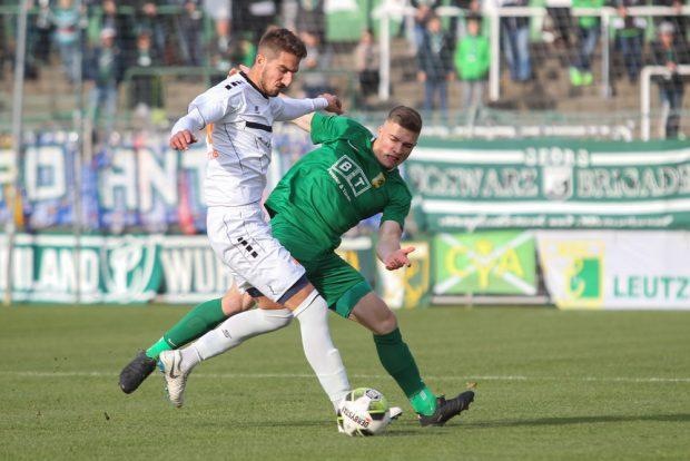 Zweikampf zwischen Ioannis Kantartzis (Inter) und Lars Schmidt (Chemie). Foto: Jan Kaefer