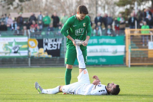 So fair wie in dieser Szene ging es während des Spiels auf Rasen und Rängen nicht immer zu. Foto: Jan Kaefer