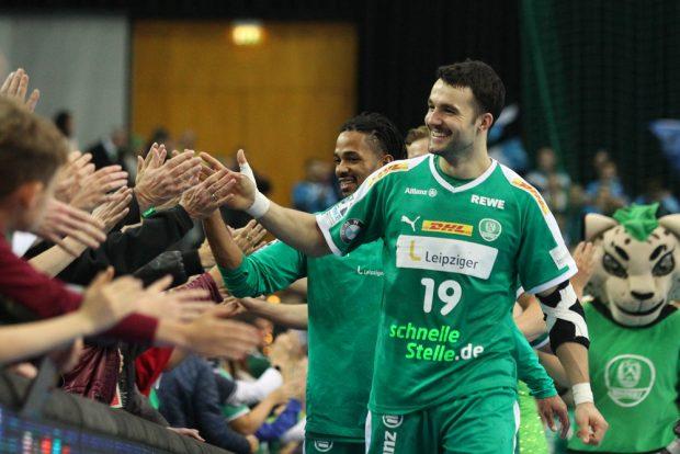 Gute Laune beim Dank an die Fans - angeführt von Bastian Roscheck. Foto: Jan Kaefer