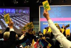 Abstimmung auf dem FDP-Landesparteitag über den Leitantrag zu den Zielen der Partei in Sachsen. Foto: L-IZ.de