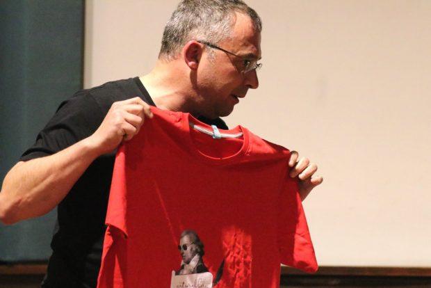 Am Ende gab es ein Schiller-T-Shirt für Gysi. Foto: L-IZ.de