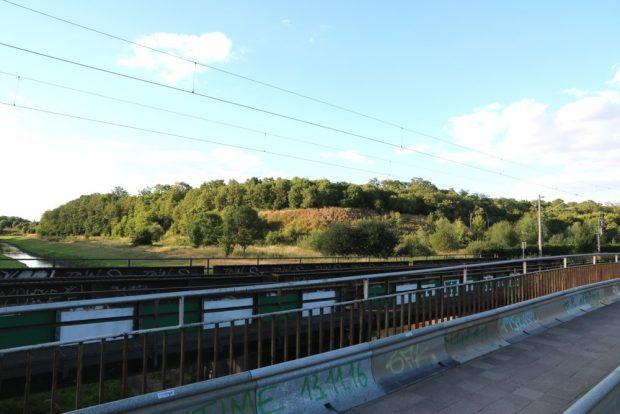Die Bahnbrücke an der Nahle mit Blick stadtauswärts, nördlich. Foto: L-IZ.de