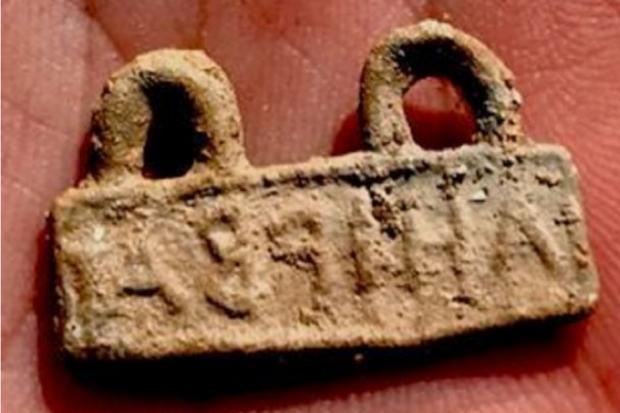 Bleiamulett mit Ösen aus Aschdod-yam mit griechischer Inschrift. Foto Prof. Dr. Angelika Berlejung