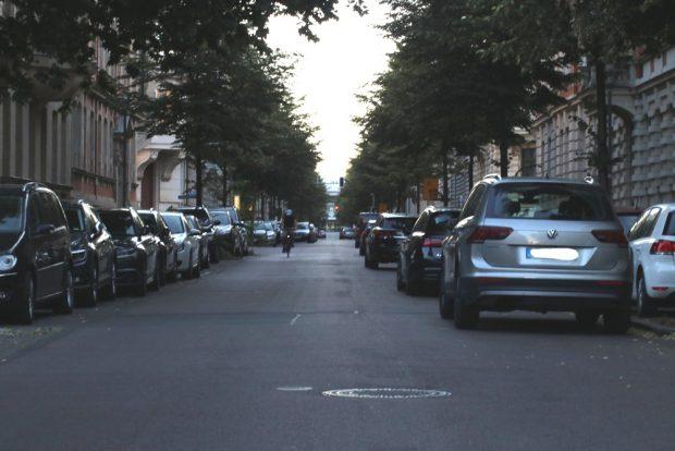 Die Parksituation an einem ganz normalen Tag in der Gustav-Adolf-Straße. (Blick zur Arena). Foto: L-IZ.de