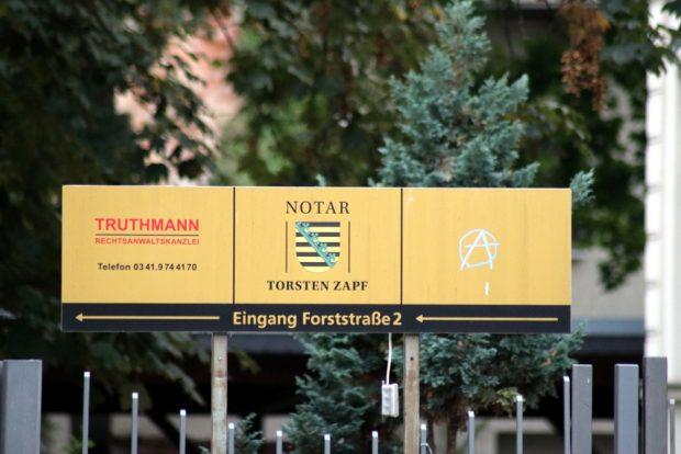 Die Zeichen an den Schildern - Auf und Abwertungen gehen Hand in Hand. Foto: L-IZ.de