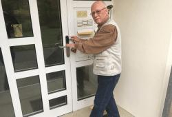 Lipsia-Mitglied Wolfgang Ackermann (79) aus Grünau demonstriert die Funktionsweise der neuen Transponder. Quelle: W&R IMMOCOM/Matthias Klöppel