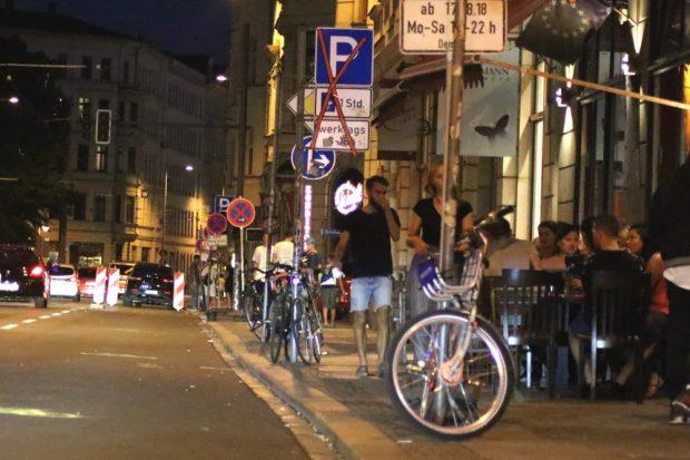 Fahrradfahrer als Kunden. Während des Proberadweges auf der Jahnallee war der Freisitz der Pizzaria jeden Abend voll. Foto: L-IZ.de