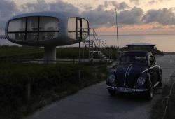 Faltdachkäfer Midnight vor dem Rettungshäuschen in Binz Rügen bei Sonnenaufgang. Quelle: Mediapolis Verlag