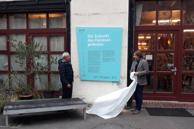 Genossenschaftler Ronald Scherzer-Heidenberger (l.) und Dirk Schaal von der Kulturstiftung Sachsen enthüllen eine Infotafel. Foto: René Loch