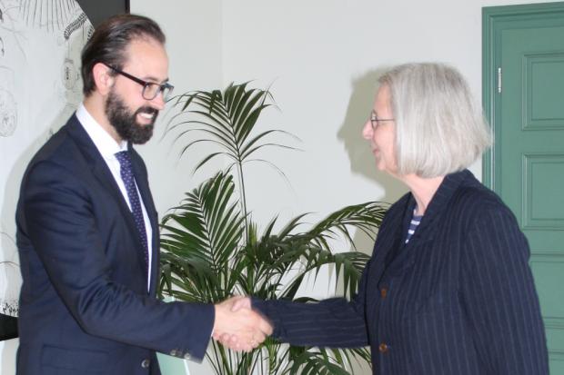 Justizminister Gemkow übergibt die Ernennungsurkunde an Frau Gerhardt. Quelle: Sächsisches Staatsministerium der Justiz