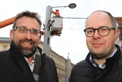 Maik Macourek (Leipziger Gruppe) und Marc von Nießen (LVZ) vor den Arbeiten zur Erweiterung des Leipziger WLAN am Münzplatz Foto: Leipziger Gruppe / André Kempner
