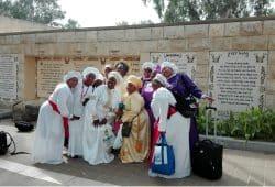 Bunt? Bunter. Nigerianische Baptistinnen in Yardenit. Foto: Jens-Uwe Jopp