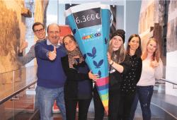 Die Bildungs-Chancen-Lotterie überreicht ihre Schultüte als Symbol für Bildungsförderung. Zu sehen sind Achim Schütz, Pressesprecher Bildungs-Chancen-Lotterie (2.v.r.), Laura Lässig (3.v.l.) und Victoria Henning (3.v.r.) als Vorsitzende von ROCK YOUR LIFE! sowie Mentoren der Universität Leipzig. Foto: Nilu Poudyal