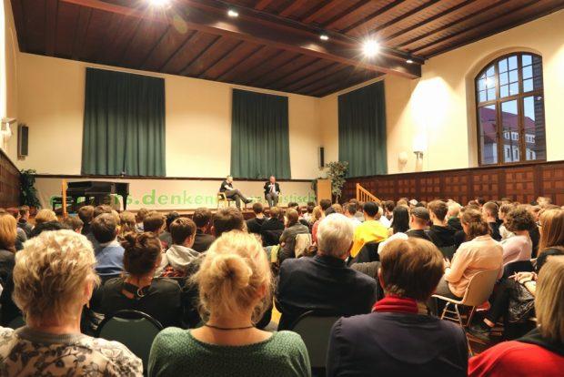 Neuer Besucherrekord. Rappelvoller Saal am 13. November 2018 im Schiller. Foto: L-IZ.de