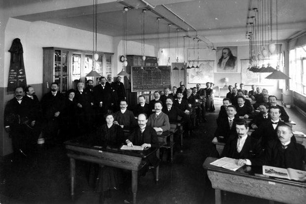 1907 ist alles noch in Ordnung in der SPD. Dozentin Rosa Luxemburg (stehend vierte von links), August Bebel (stehend fünfter von links) und Friedrich Ebert (links in der 3. Bank der rechten Bankreihe) vereint. Das wird sich 1918 radikal ändern, Luxemburg überlebt den Weg der SPD in die Regierung nicht. Foto: gemeinfrei